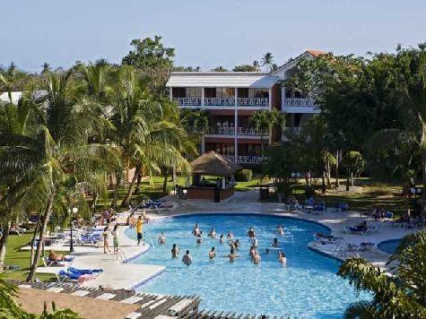 На территории отеля находятся два бассейна с мини барами, где всегда можно покушать