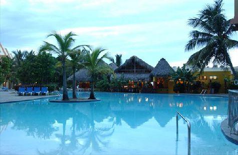 В отеле два бассейна - чистые и с бесплатными лежаками