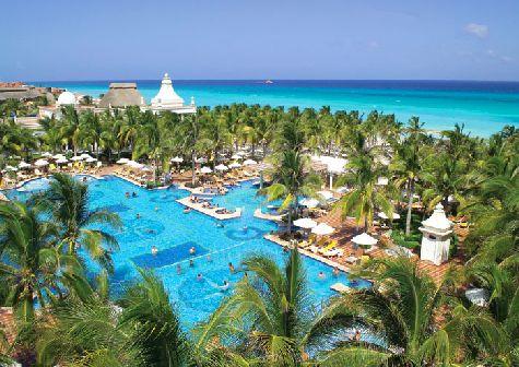 Кроме красивой зеленой территории как всегда в Доминикане Вас ждет шикарный пляж и бесподобный океан!