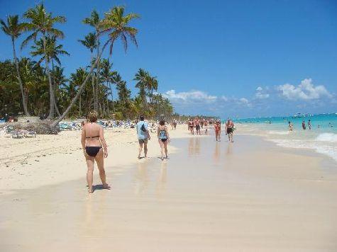 Для тех, кто любит задерживаться на пляже по дольше к услугам есть бесплатные лежаки и некоторые другие аксессуары
