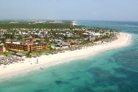 Отель находится на берегу океана и окружен кокосовыми пальмами и тропической зеленью