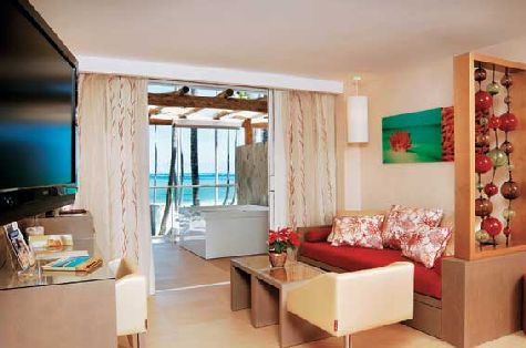 Номера в отеле современные и просторные, а на балконе установлена джакузи