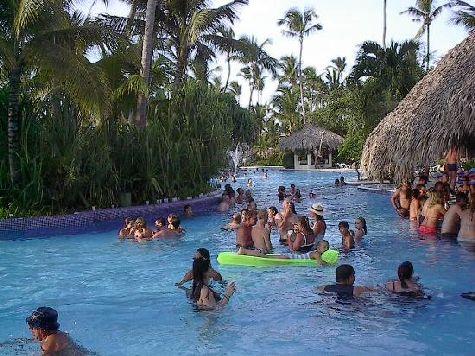 В отеле есть несколько бассейнов - выбирайте любой!