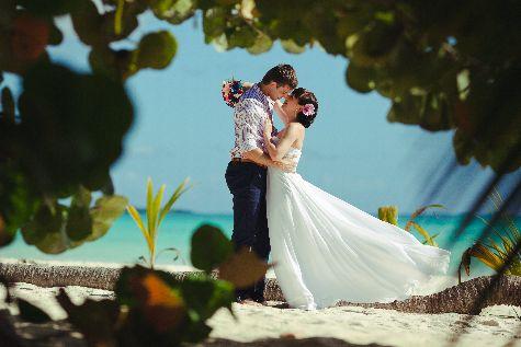 Чтобы свадьба осталась не только в памяти, но и на фотографиях, заранее нужно найти отличного фотографа!
