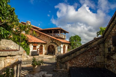 Их Хуан-Долио можно съездить в один из интересных городов, как, напрмер, Альтос-де-Чавон