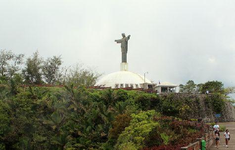 На горе Исабель установлена уменьшенная копия Христа Спасителя, что находится в Рио-де-Жанейро