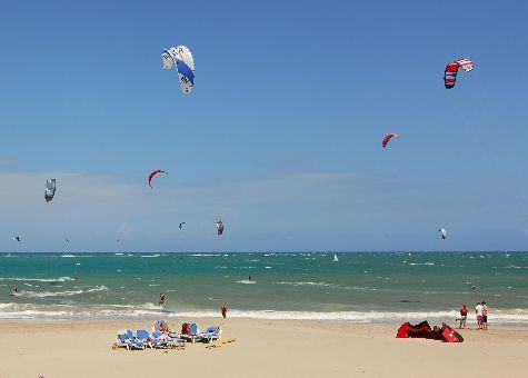 Правильные волны пляжа Кабарете по праву оценят любители серфинга
