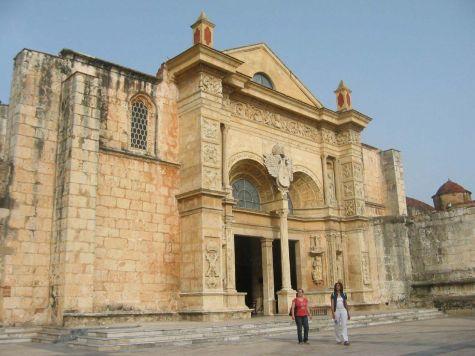 К крупнейшим достопримечательностям города Санто-Доминго причисляют католический Кафедральный собор Америки, который также назвают собор Пресвятой Девы Марии